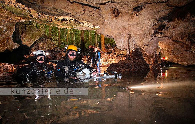 Nach einem mehrstündigen Tauchgang kommen die Höhlenforscher wieder an die Oberfläche (Foto/Copyright: Uli Kunz)
