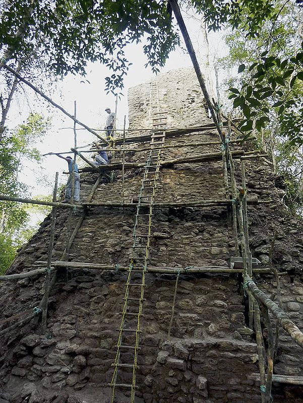 Die Pyramiden der Gruppe A aus der Maya-Klassik wurden befestigt, um sie vor weiterem Zerfall zu bewahren (Foto: Ewald Graf)