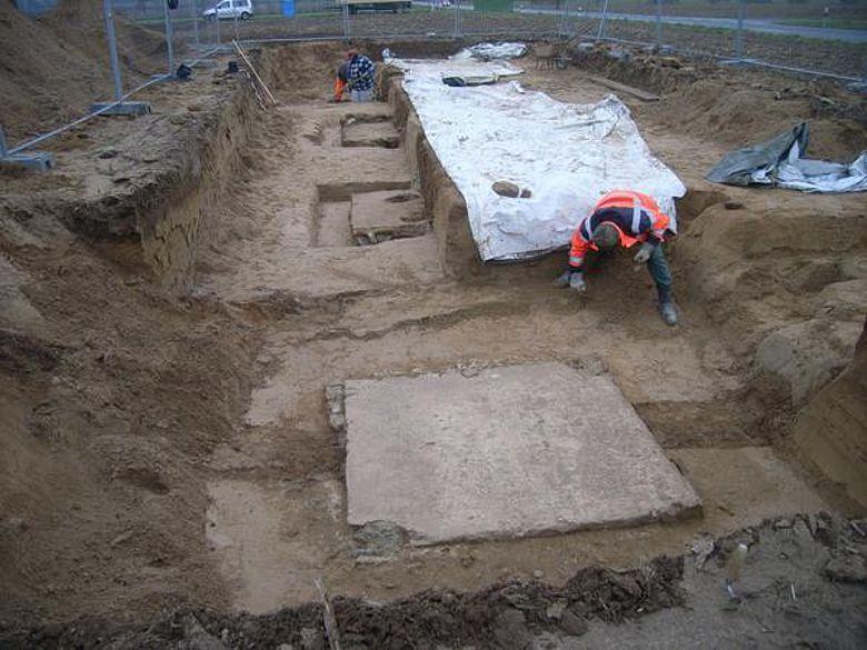 Fundamente der Brücke einer römischen Wasserleitung, die von Sonsbeck nach Xanten führte, werden frei gelegt. (Foto: LVR)