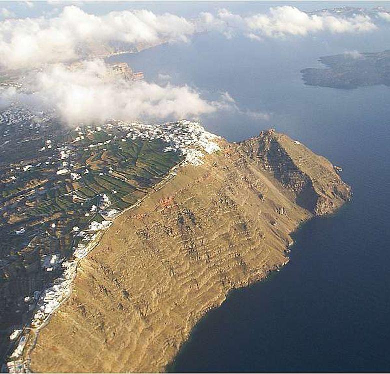 Luftaufnahme des inneren Kraterrandes von Santorini