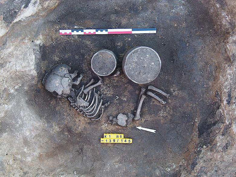 Bestattung eines jugendlichen Individuums in dem großen Kurgan. Späte Bronzezeit