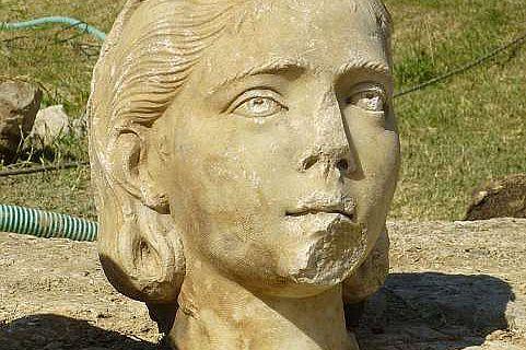 Eines der kürzlich entdeckten Porträts aus dem Brunnen (Foto © J. Stroszeck)