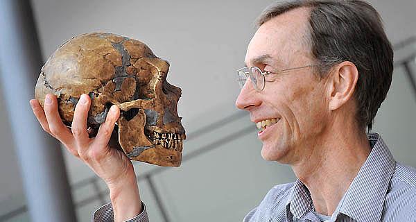 Svante Pääbo mit Neandertalerschädel