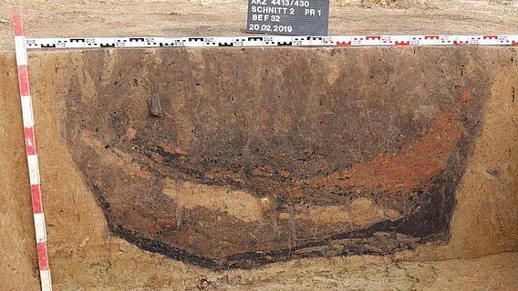 Das Profil einer rundlichen Siedlungsgrube offenbart eine komplexe Verfüllungsgeschichte