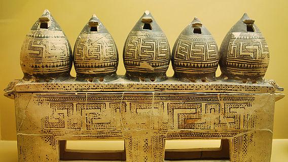 Attische Keramikkiste mit Miniaturimitationen von Getreidespeichern