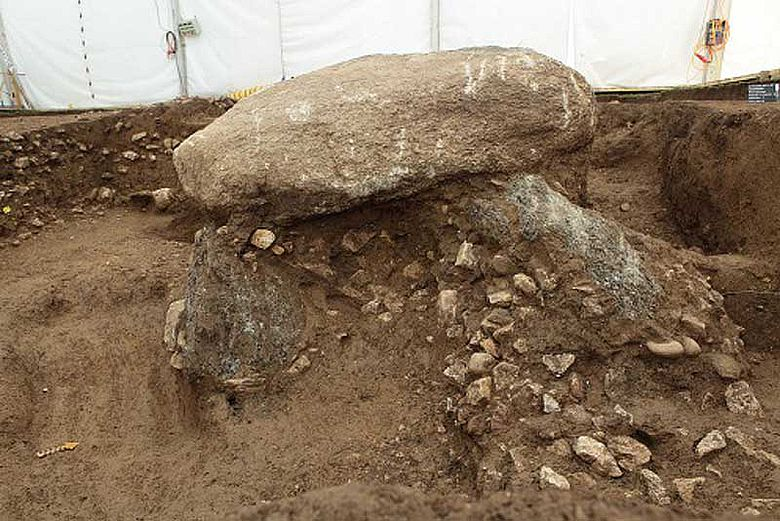 Blick in die «Grabkammer»: Der Dolmen ist mit Material verfüllt, das wohl vom Bach eingeschwemmt wurde © ADB