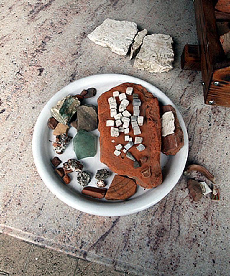 Beim Pflügen entdeckte Lesefunde: z.B. Ziegelstücke, Mosaiksteine und Keramik (Foto: Kanton Luzern)