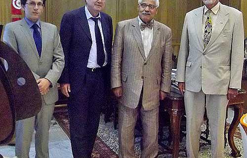 Bei der Unterzeichnung anwesend (v. r.): der deutsche Botschafter Dr. Horst-Wolfram Kerll, Minister Prof. Dr. Azzedine Beschaouch, Prof. Henner von Hesberg und Dr. Philipp von Rummel (Foto: DAI)