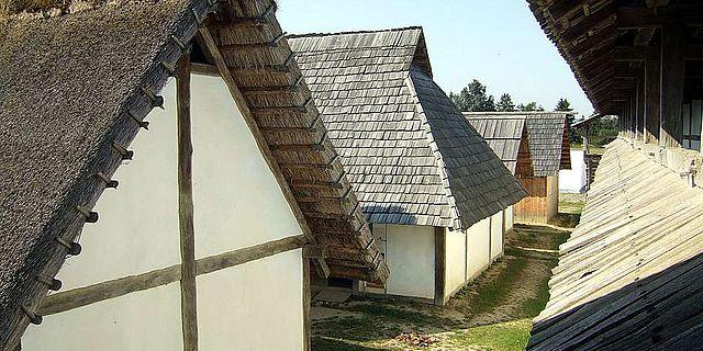 Rekonstruierte Gebäude im Freilichtmuseum Heuneburg