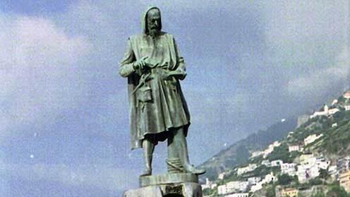 Abb.3| Denkmal für Flavio Gioia am Hafen von Amalfi. In der linken Hand hält er einen Dosenkompass. Der rechte Zeigefinger weist nach (magnetisch) Norden