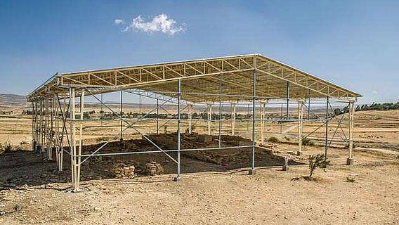 Das neue Schutzdach des Almaqah Tempels in Wuqro/Tigray (Foto: P. Wolf, Orient-Abt. 2012)