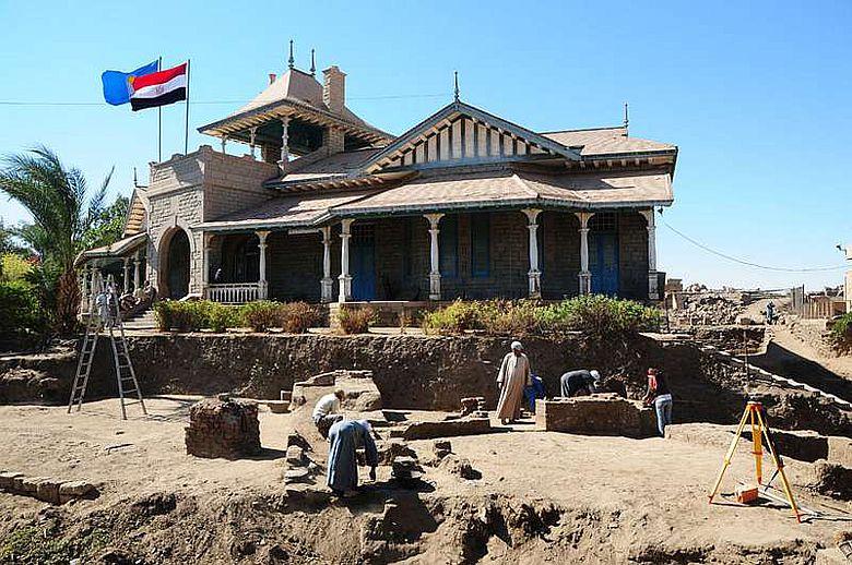 Ausgrabungen vor dem Museum von Elephantine (Foto: DAI)