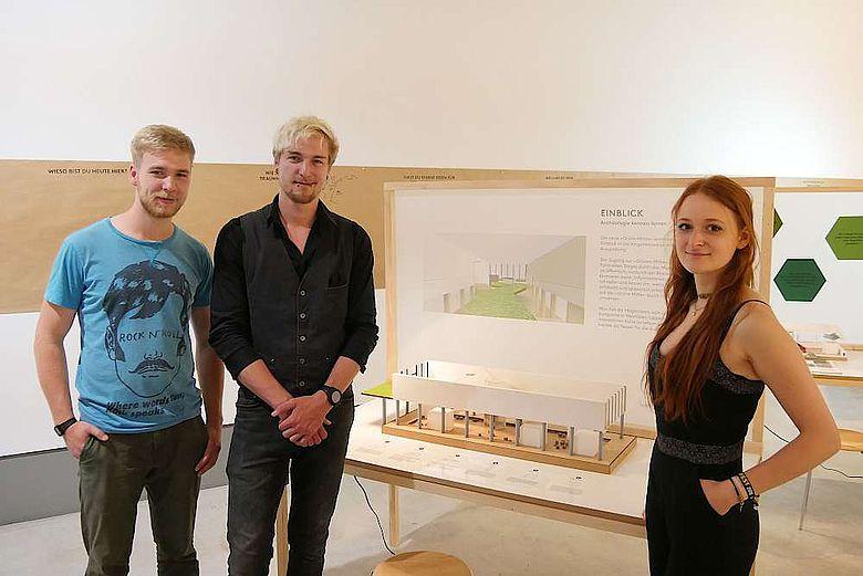 Die Design-Studierenden Jan Breite, Joel Ernst, Helen Brose präsentieren das von Ihnen erarbeitete Modell