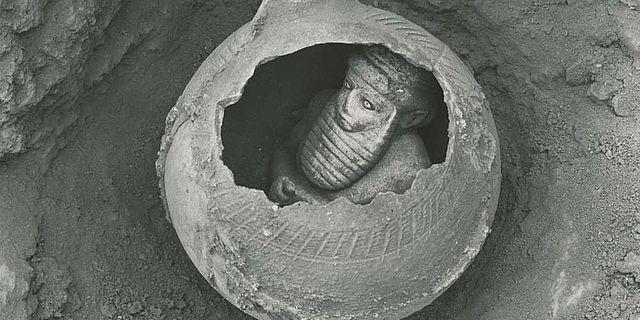 """Statuette eines """"Priesterfürsten"""" aus Uruk in einem Gefäß. (Foto: DAI)"""