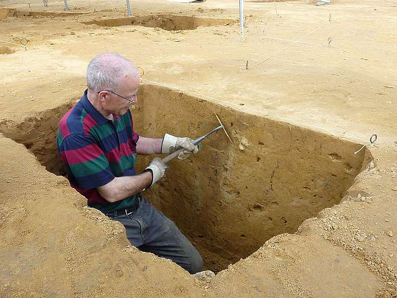 Seinen Ruhestand füllt Dr. Jürgen Ruppert unter anderem mit der Dokumentation der Halterner Grabungsprofile. Als Wasserwirtschaftler kennt er sich mit der Geologie des Raumes gut aus. (Foto: LWL/Tremmel)