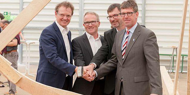 Prof. Dr. Norbert Kuhn, Michael Hoffmann, Prof. Dr. Christoph Schäfer und Prof. Dr. Michael Jäckel (von links) gaben per Hammerschlag den Startschuss für das Projekt