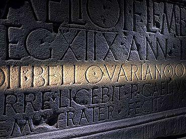 Detail der Inschrift auf dem Grabdenkmal mit dem Hinweis auf die Varusschlacht (Foto: Axel Thünker DGPh)