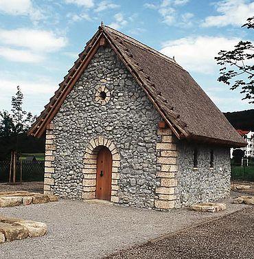Begehbare Rekonstruktion einer einschiffigen kleinen Saalkirche