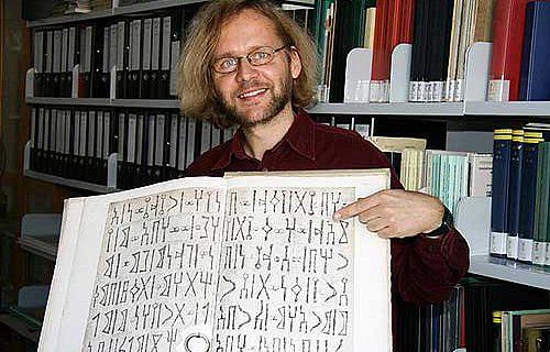 Dr. Peter Stein mit der Nachzeichnung einer sabäischen Bauinschrift (Foto: Anne Günther/FSU)