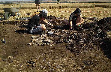 Schüler nehmen an der Grabung teil. (Foto: M. Genesis)
