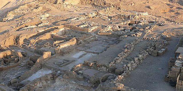 Das Kloster Deir el-Bachit auf einer Hügelkuppe in Theben-West/Luxor. (© DAI Kairo, LMU)