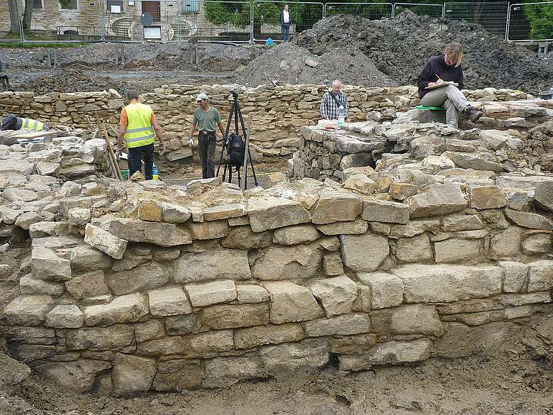 Grabungsteam bei den Arbeiten in den Mauerzügen