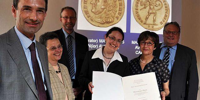 Alexandra Eppinger (Mitte) nimmt den Preis entgegen