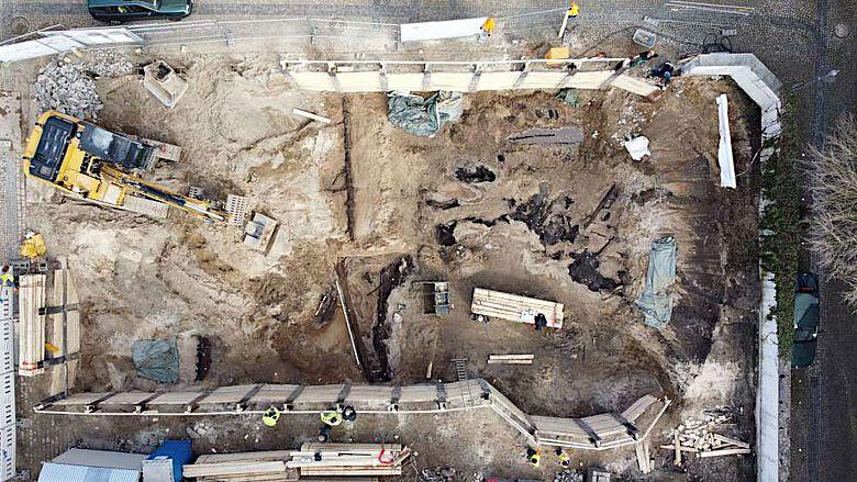 Drohnenbild der gesamten Grabungsfläche mit den zum Teil freigelegten Hölzern