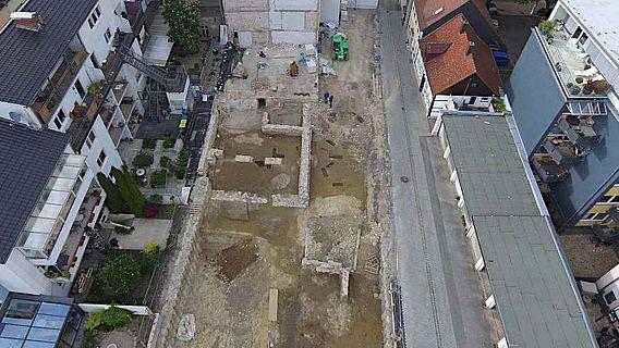 Blick von oben auf das Grabungsareal, gesehen von Süden