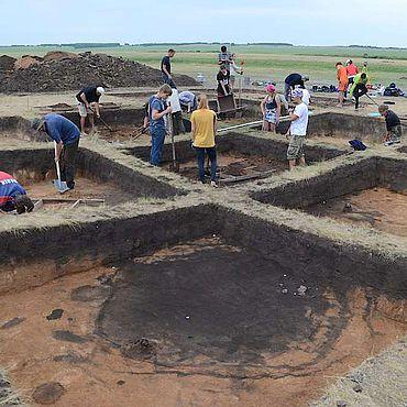 ronzezeitliche Reihenhaussiedlung Konopljanka-2 mit einem verfüllten Brunnenschacht im Vordergrund