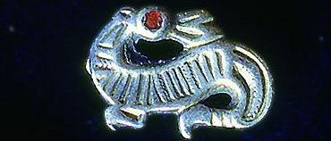 Nach dieser Vorlage aus den Funden des Weingartener Gräberfeldes entwarf das Designbüro einen Drachen für die Kindertexte (Foto: Alamannenmuseum Weingarten)