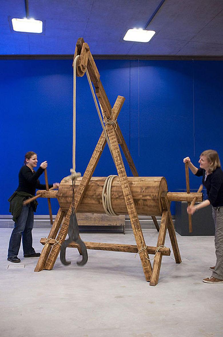 Anfassen erwünscht: Die Besucher lernen im Mitmach-Teil, wie im Mittelalter gebaut wurde. (Foto: LWL/Arendt)