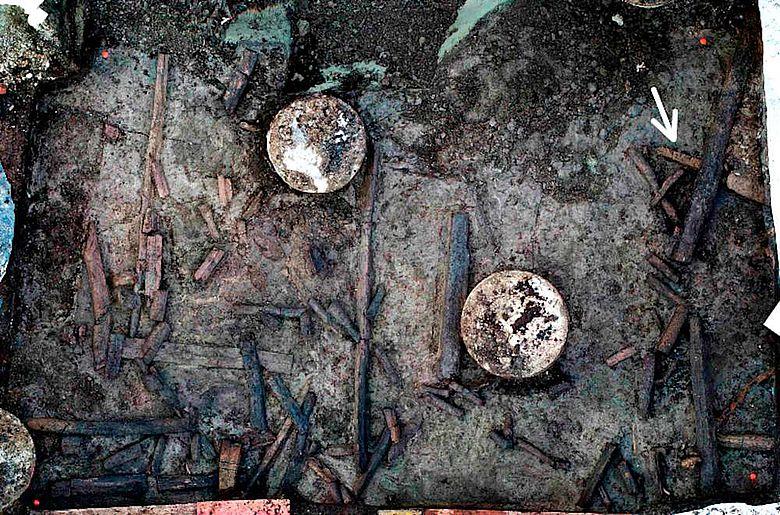 Blick in die Baugrube mit Pfählungen für das Gebäude und prähistorischen Holzresten