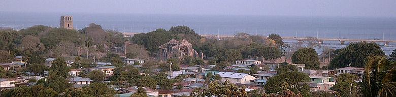 Das Ruinengelände von Panamá la Vieja. Im Vordergrund die moderne Armensiedlung, die die Wohnareale der Unterschicht überbaut hat. (Foto: C. Knipper)