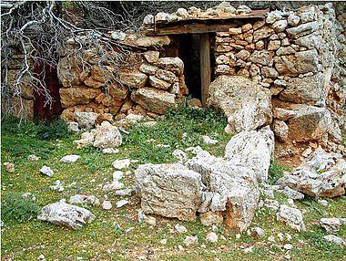 Abb. 12| Minoische Ruine (massive, onkolithische Blöcke) und darin eingebaute rezente Schäferei-Ruine (kleine Steine, Holz) © S. Beckmann