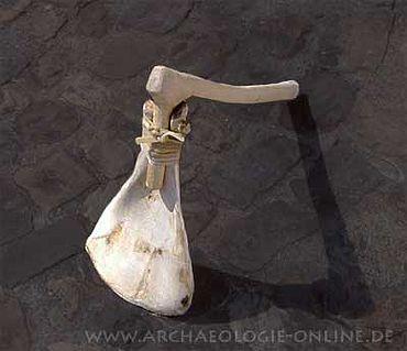 An einen Knieholm geschäftet dienten diese Geräte völkerkundlichen Vergleichen. (Foto: Kh. Steppan)