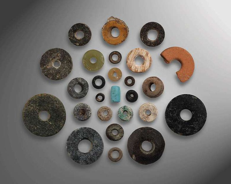 Perlen: Eine Auswahl unterschiedlicher Schmuckperlen aus dem 7. Jt. v. Chr., die aus verschiedenen Rohstoffen und in unterschiedlichen Formen hergestellt wurden (© ÖAI 2012, N. Gail)