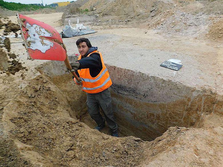 G. Peter Montes beim Graben eines Profils durch eine Siedlungsgrube