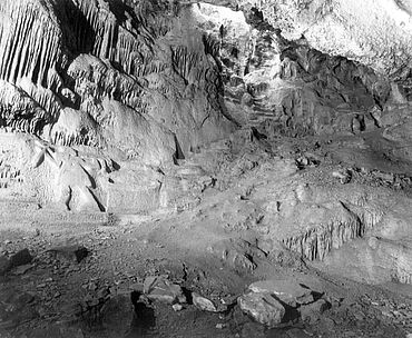 Gesamtansicht der Osthöhle nach Norden. Links ist das »Signet« des Bauherrn Archedemos erkennbar. (Foto: Goette/DAI)