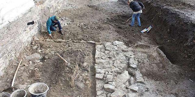 Der Stadelhof im 12. Jahrhundert: Die Mitarbeiterinnen der Stadtarchäologie Iuliia Paktina und Cathleen Kretzschmar legen den Hofgraben aus dem 12. Jahrhundert frei. (Foto: LWL/Spiong)