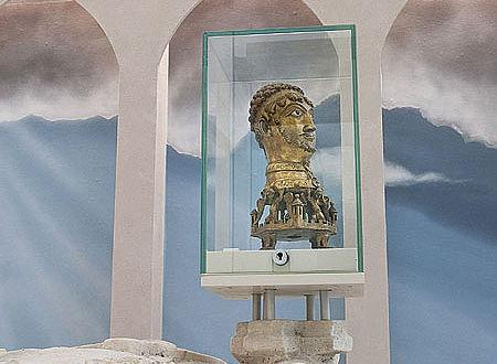 Der kostbare Barbarossa-Kopf wird zum ersten Mal in der ursprünglichen Verbindung mit der Grabplatte des Klostergründers Gottfried von Cappenberg gezeigt. (Foto: LWL/Arendt)