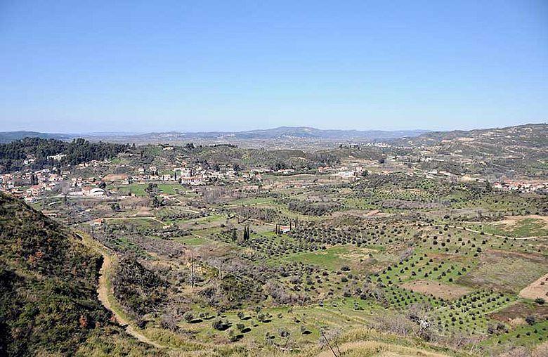 Blick nach Westen über das mittlere Kladeos-Tal und den Olympia vorgelagerten Hügelzug
