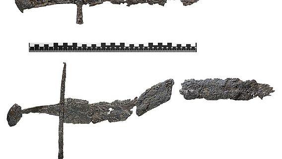 Beschichtete Fundstücke: Hirschfänger (oben) und Schwertfragment (unten)