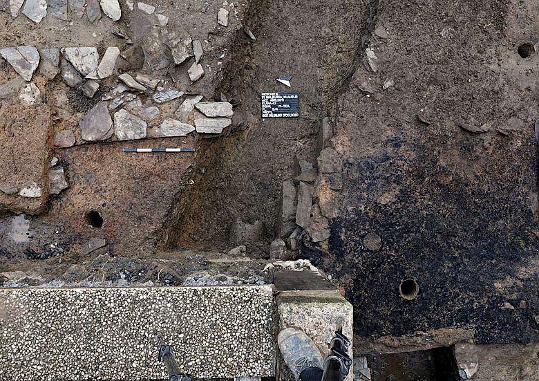 Oben links im Bild ein Fundamentabschnitt der mutmaßlich spätkarolingischen Klosterbauten