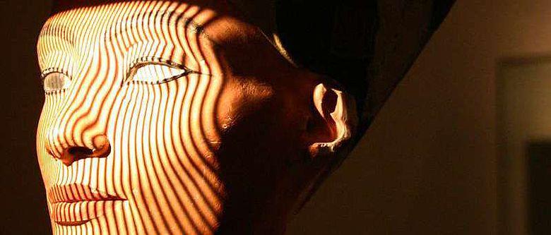 Die Büste der Nofretete wird vom Streiflichtscanner abgetastet (© TrigonArt Bauer Praus GbR)