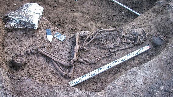 Das freigelegte Grab des Mannes aus dem nordkaukasischen Vorgebirge