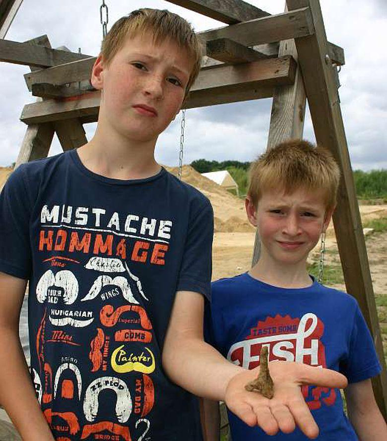 Die Brüder Karl und Magnus Wallmann präsentieren stolz den ungewöhnlichen Fund. (Foto: LWL/T. Runkel)