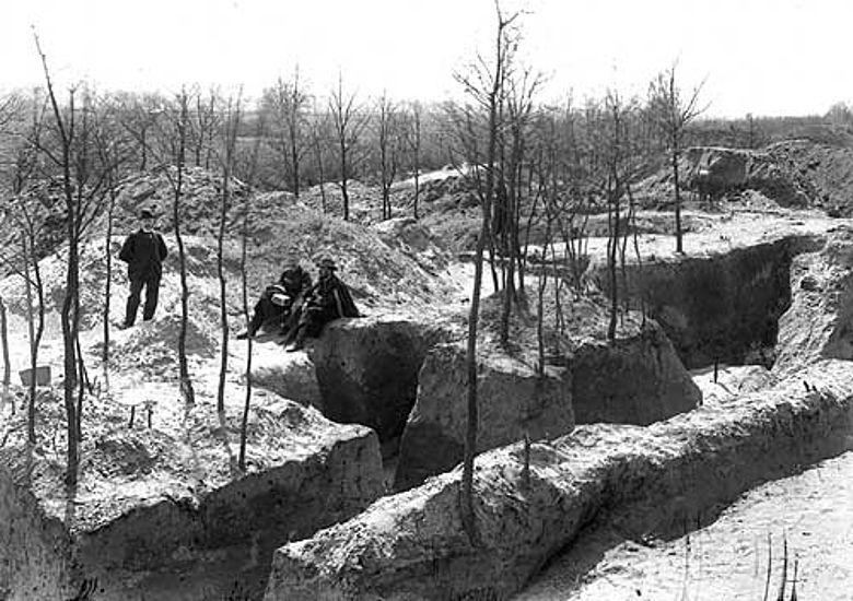 Der Halteraner Sanitätsrat Alexander Conrads mit den Archäologen Alexander Conze und Carl Schuchhardt (v. li.) bei den ersten Ausgrabungen auf der Flur Wiegel.(Foto: LWL)