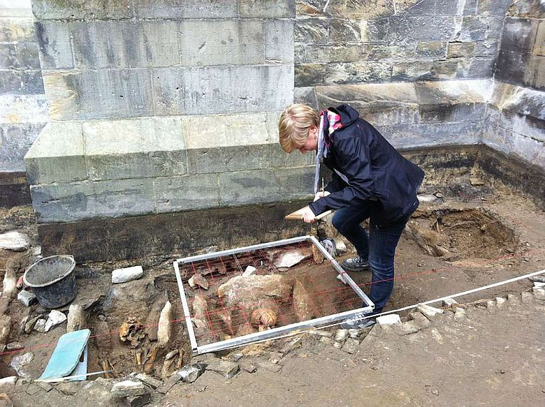 Archäologen bei der Dokumentation der Gräber