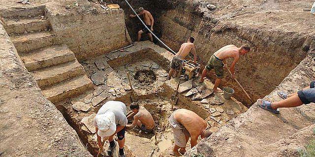 Die Ausgrabungen der zahlreichen Brunnen sind aufwendig und erfordern den Einsatz von Pumpen zur Beseitigung des Grundwassers. (Bild: Olgino/GU)